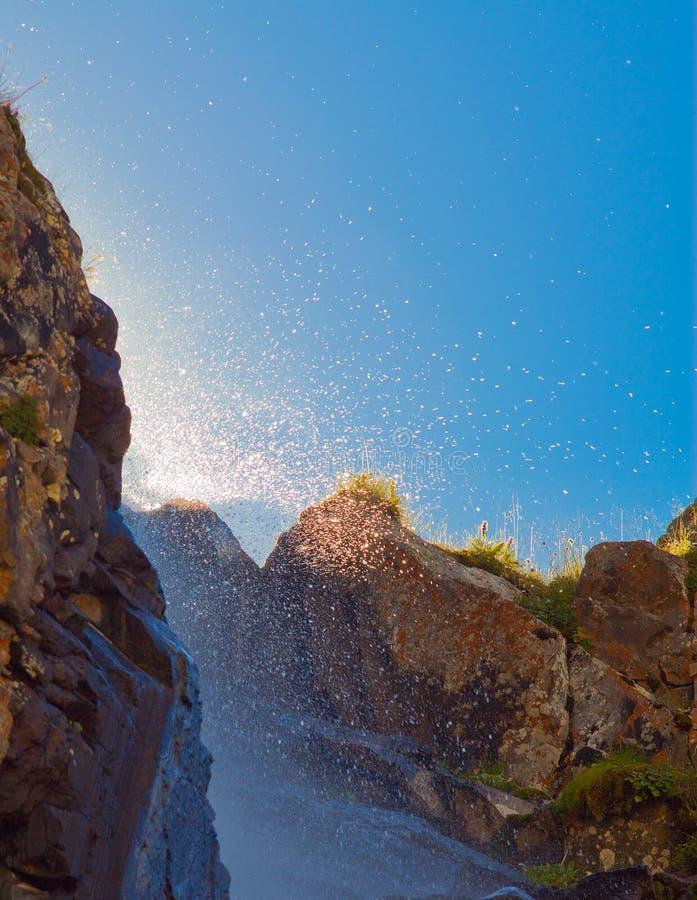 Waterval met zonlicht in de bergen, ala-Archa, Kyrgyzstan stock foto