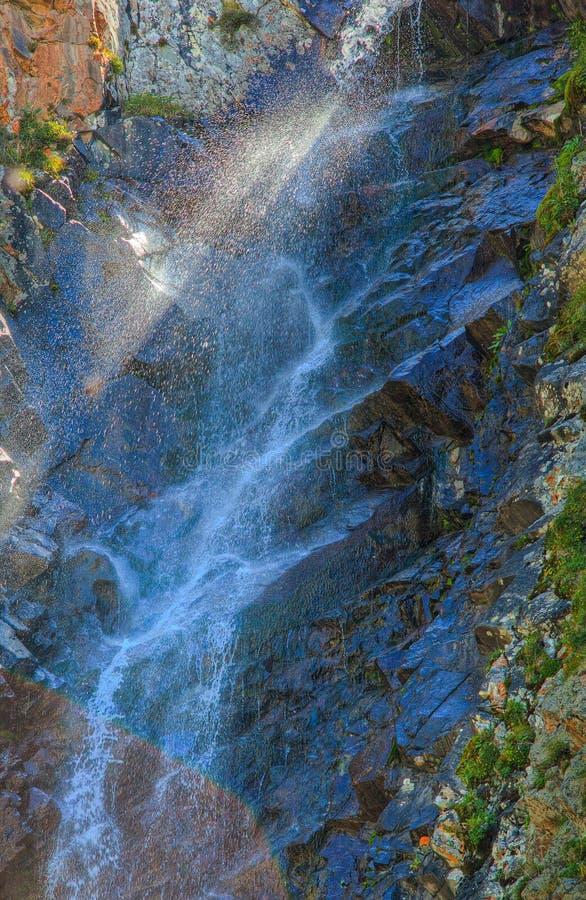Waterval met zonlicht in de bergen, ala-Archa, Kyrgyzstan royalty-vrije stock afbeeldingen