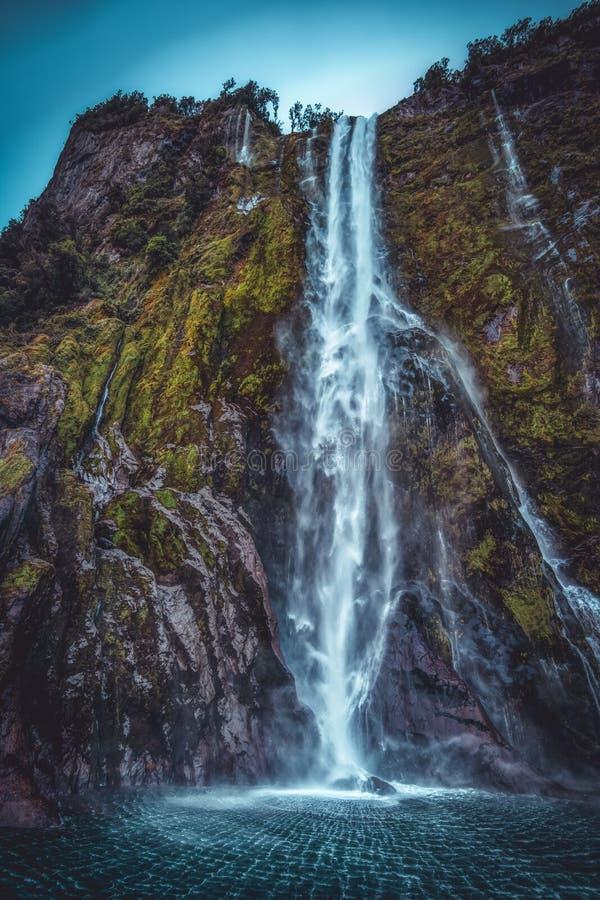 Waterval in Milford-Geluid vanuit lage invalshoek stock foto