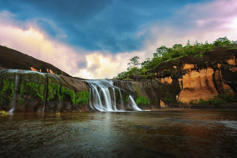 Waterval, Mooie watervallen in het midden van het bos royalty-vrije stock afbeeldingen