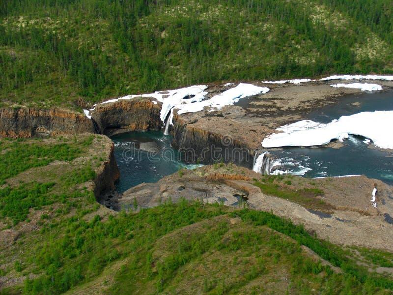Waterval op bergrivier stock foto