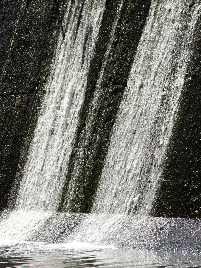 Waterval op concrete versperring stock afbeelding
