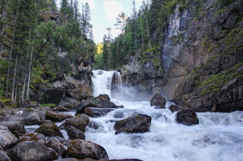Waterval op de rivier Kadrin De zomerlandschap - Schone lucht van Altai royalty-vrije stock afbeelding