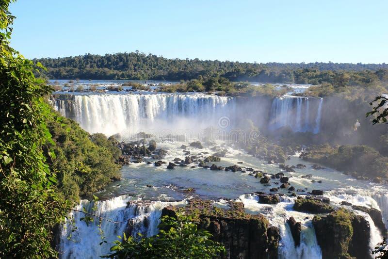 Waterval op de rivier in lichte mist royalty-vrije stock afbeelding