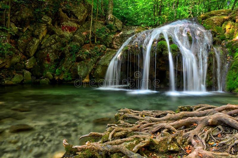 Waterval op de rivier ulu-Uzen in de Krim in de zomer royalty-vrije stock foto