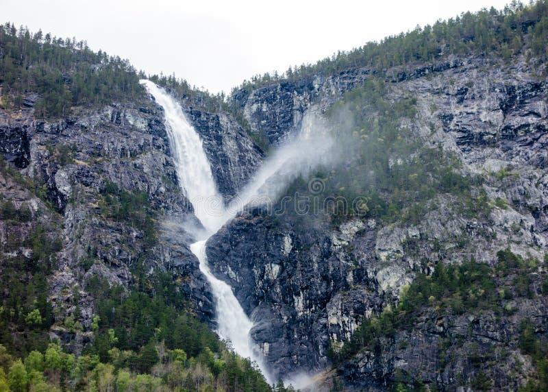 Waterval op klippen dichtbij Sognefjord, Noorwegen royalty-vrije stock afbeeldingen