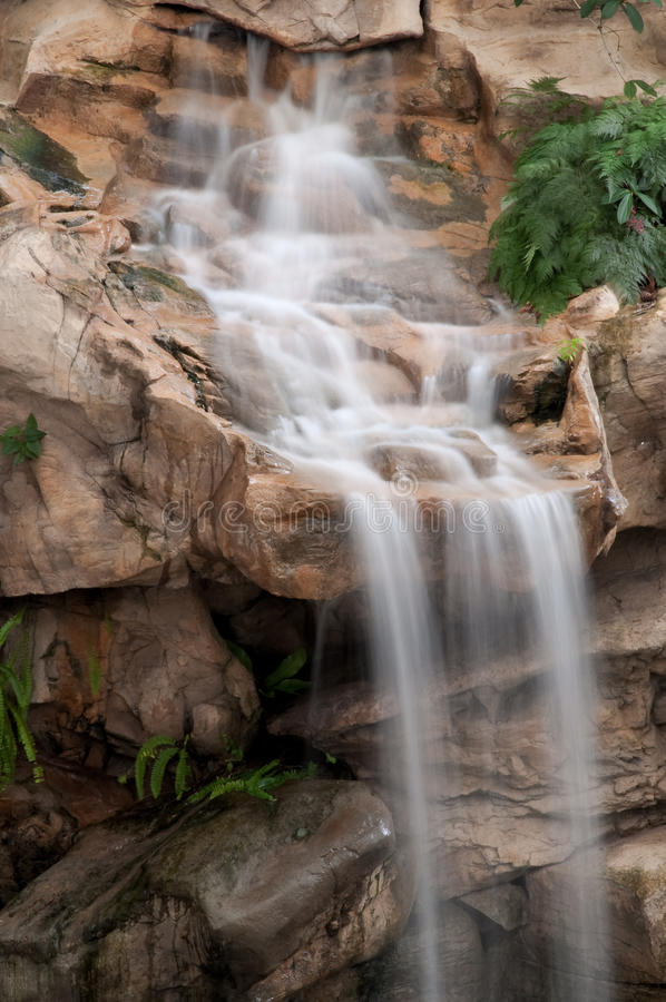 Waterval op Rotsachtige Richel royalty-vrije stock afbeelding