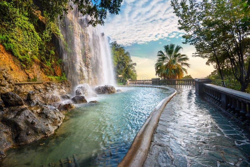 Waterval in Parc DE La Colline du Chateau Nice, Kooi D ` Azur, Frankrijk stock foto's