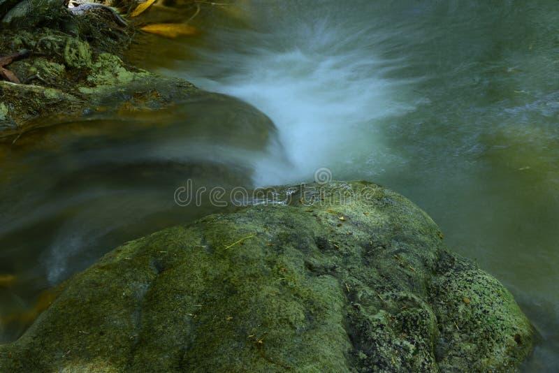 Waterval in regenwoud Thailand stock fotografie