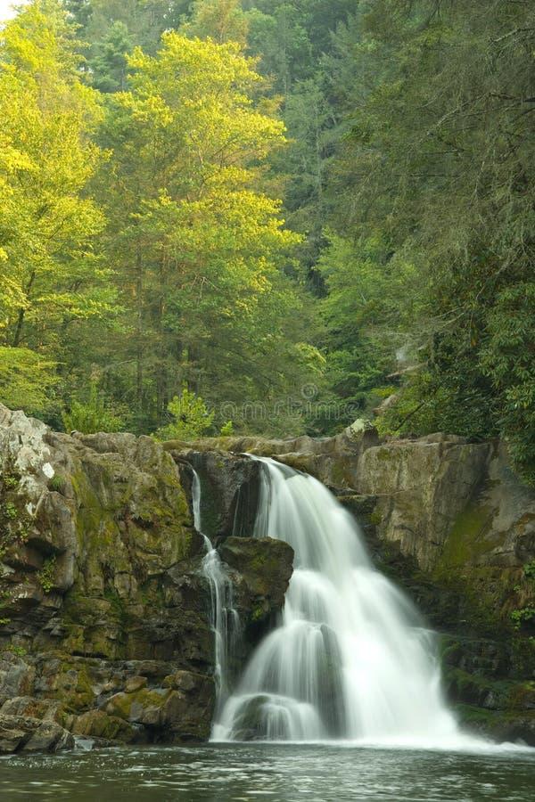 Waterval in Rokerige Bergen royalty-vrije stock afbeelding