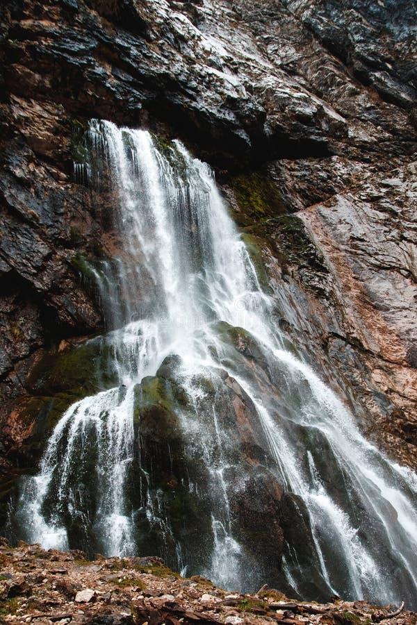 Waterval in rotsachtige bergen van Abchazië stock afbeelding