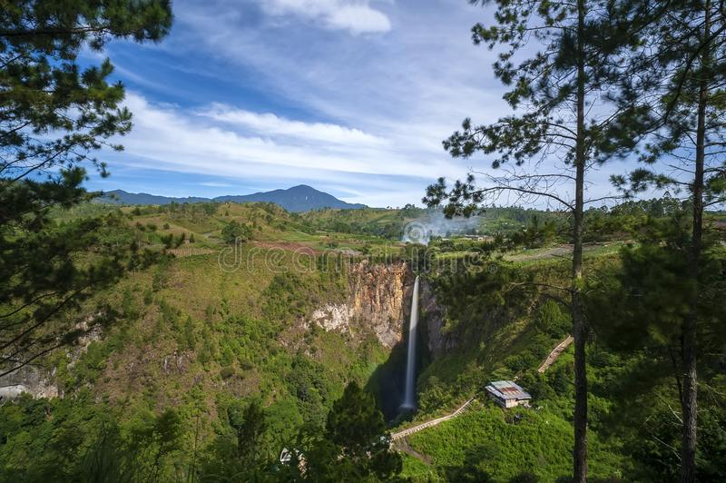 Waterval sipiso-Piso dichtbij Meer Toba stock afbeeldingen