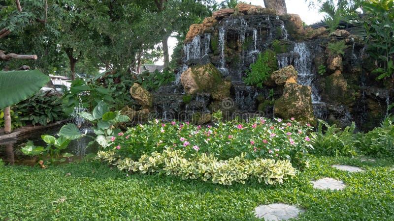Waterval in tropische tuin Weergeven van de tuinwaterval royalty-vrije stock afbeeldingen