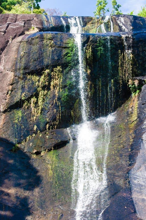 Waterval van zeven putten in rotsachtige bergen in Azië op tropisch eiland Langkawi royalty-vrije stock afbeeldingen