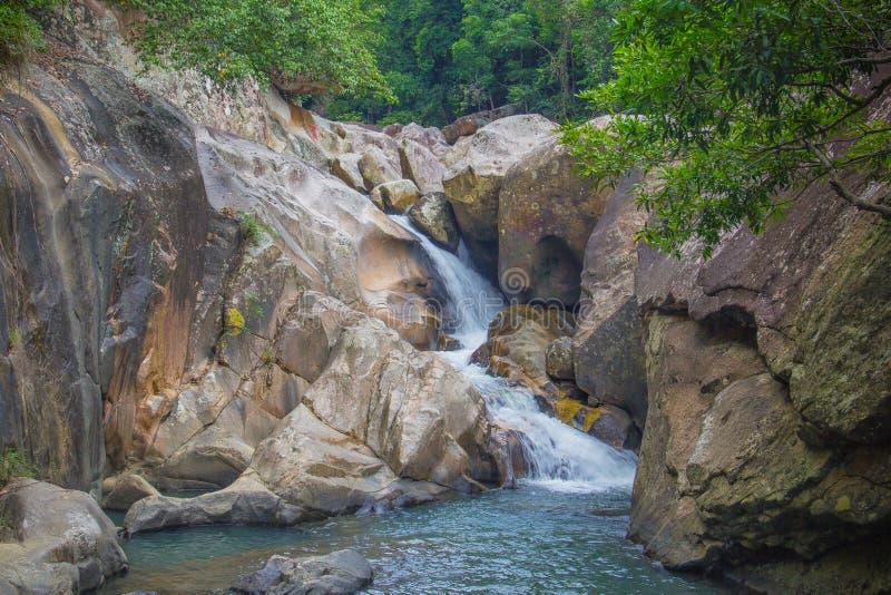 Waterval in wildernis van Vietnam stock foto
