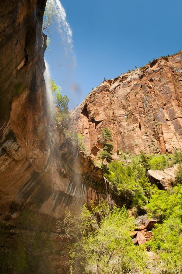 Waterval in zion nationaal park over de rode rotsen royalty-vrije stock afbeelding