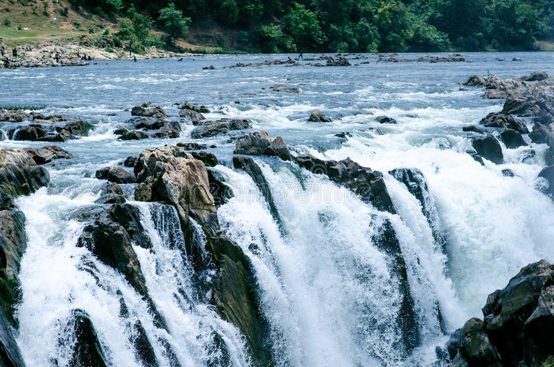 Watervallen dichtbij de stad Jabalpur, India Mooi landschap op een rivier met watervallen stock foto
