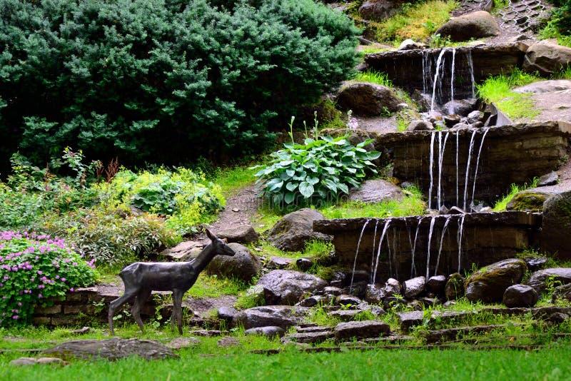 Watervallen en standbeeld van kuiten royalty-vrije stock afbeelding