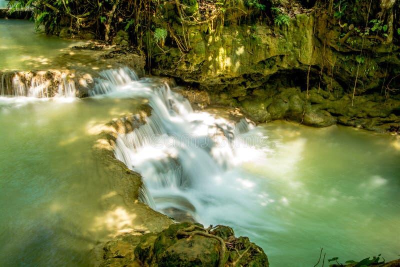 Watervallen met cascades en natuurlijke pools royalty-vrije stock foto's