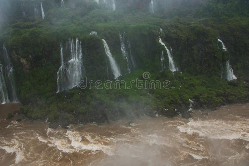Watervallen van Iguacu in Brazilië Braziliaanse kant van de watervallen Krachtige waterkracht stock afbeelding