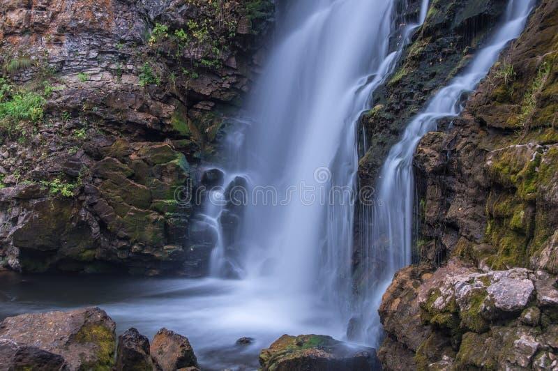 Watervalrotsen stock afbeeldingen