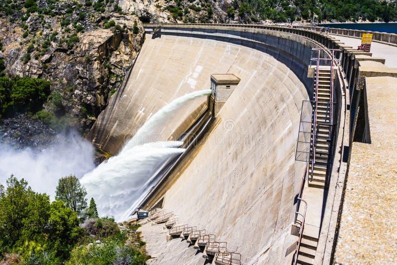 Waterversie bij de Dam van O 'Shaughnessy toe te schrijven aan hoge niveaus van sneeuwsmelting bij het Reservoir van Hetch Hetchy royalty-vrije stock afbeelding
