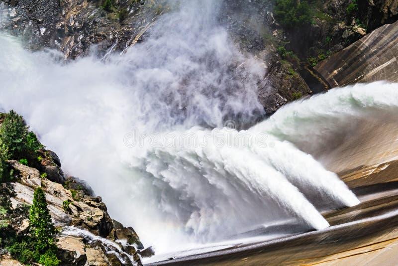 Waterversie bij de Dam van O 'Shaughnessy toe te schrijven aan hoge niveaus van sneeuwsmelting bij het Reservoir van Hetch Hetchy royalty-vrije stock afbeeldingen