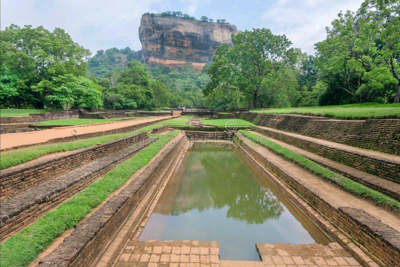 Watervijver en landschap van Sigiriya-berg, beroemde historische en archeologische plaats De Plaats van de Erfenis van de Wereld  royalty-vrije stock foto