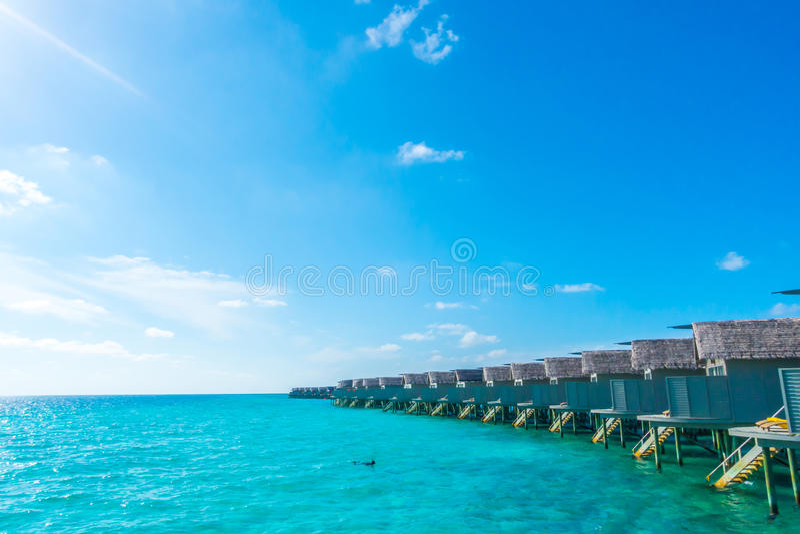 Watervilla's over kalme overzees in het tropische eiland van de Maldiven stock foto's