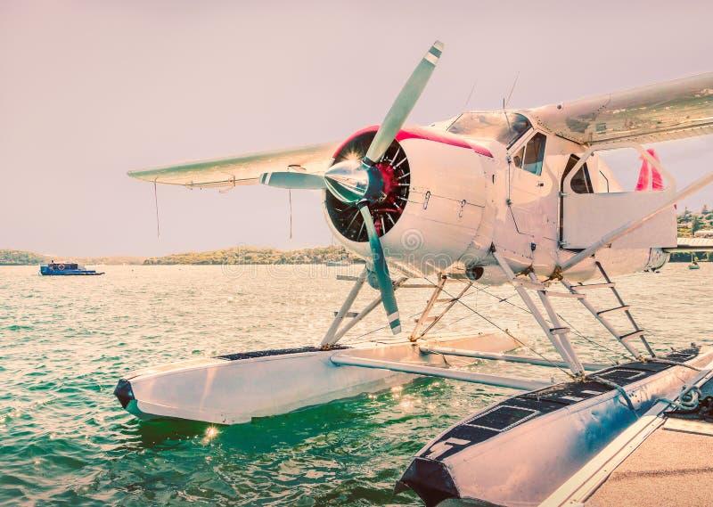 Watervliegtuig op water met een propeller wordt vastgelegd die stock foto's