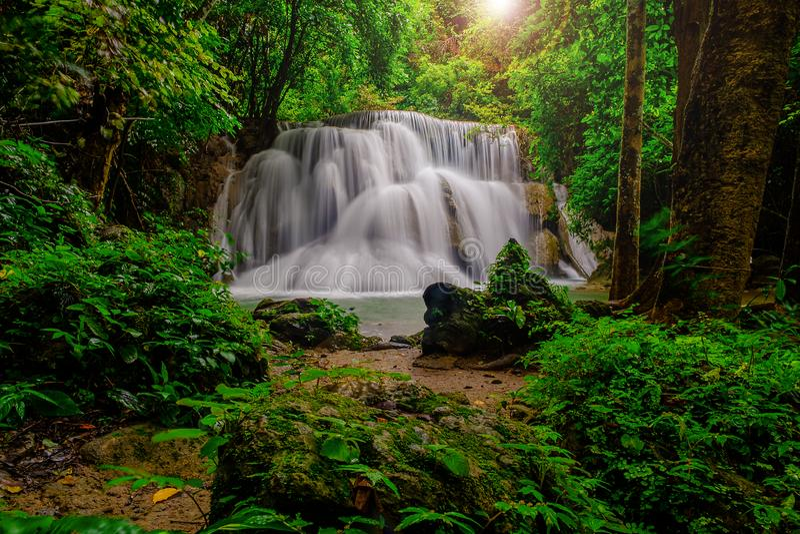 waterwall водопада Huai-mae-kha-минуты красивое в nationalpark провинции Kanchanaburi, Таиланда стоковые изображения rf