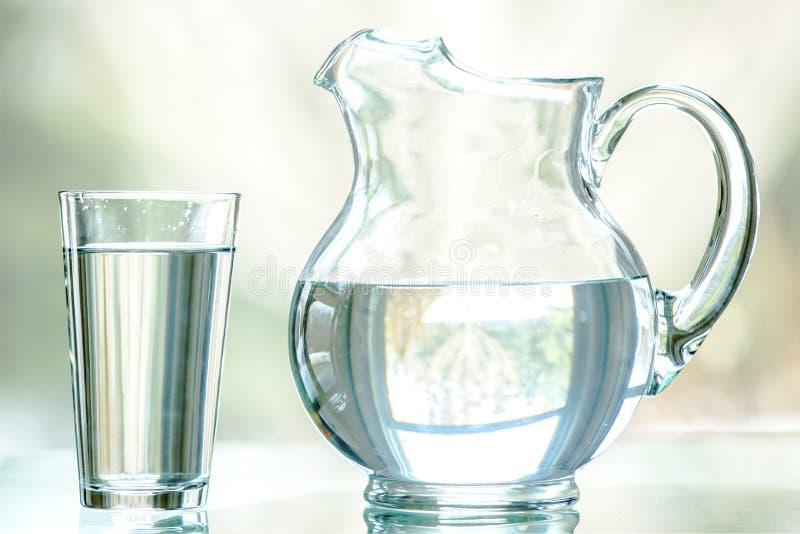 Waterwaterkruik en Glas stock foto's