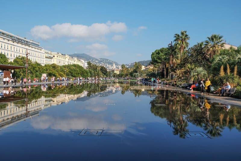 Waterweerspiegeling van de Promenade in Nice, Frankrijk stock fotografie