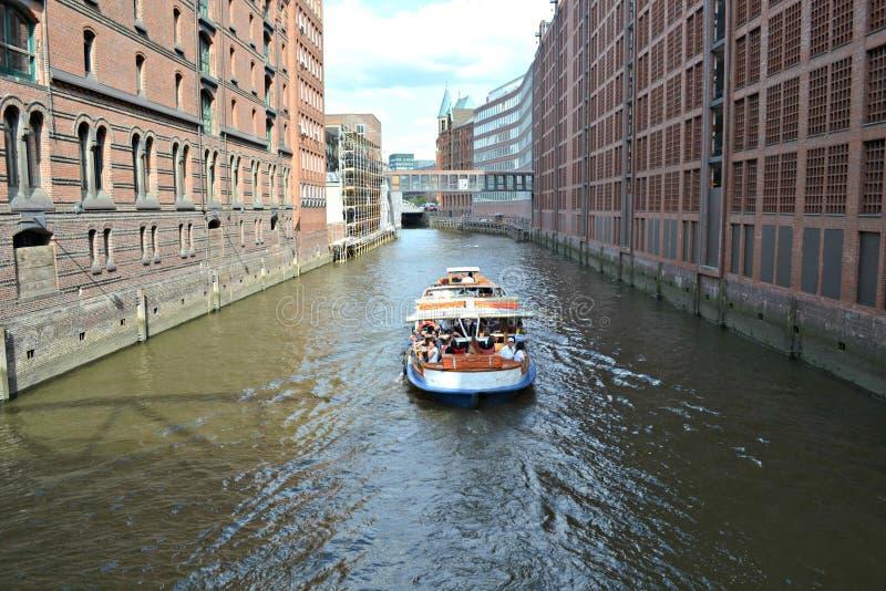 Waterweg in de stad stock foto's