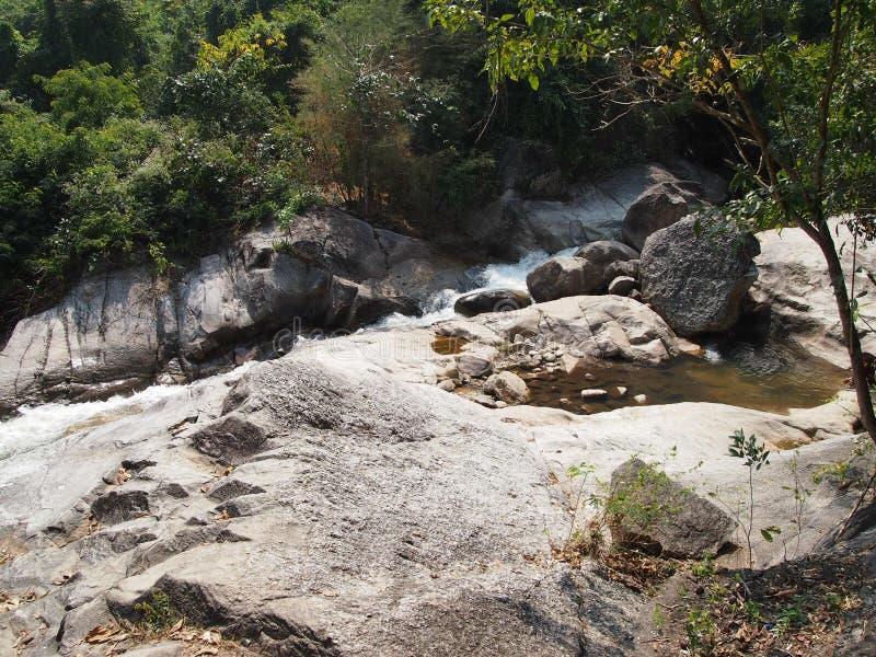 Waterweg en rotsen in tropisch bos royalty-vrije stock fotografie