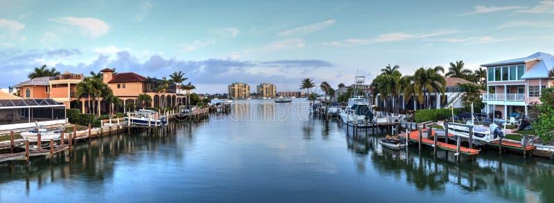 Waterweg het schatplichtige leiden tot de oceaan in Marco Island stock fotografie
