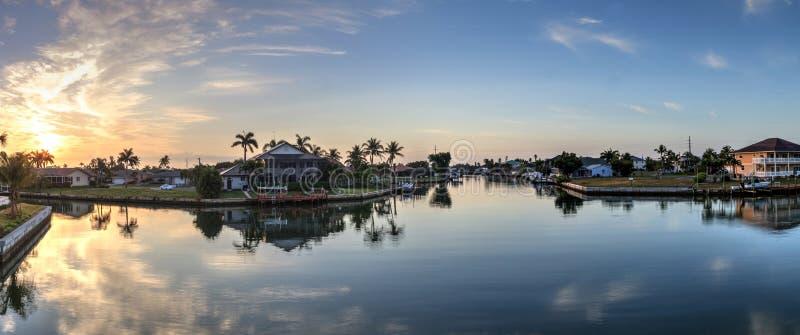 Waterweg het schatplichtige leiden tot de oceaan in Marco Island stock foto's