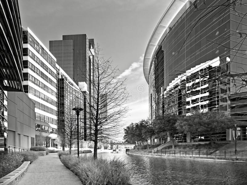 Waterweg met Glasgebouwen in de Bossen TX B&W royalty-vrije stock foto