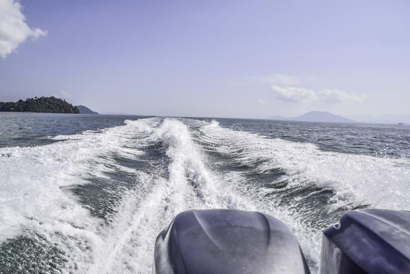 Waterweg na motorboot die overgaan door royalty-vrije stock foto's