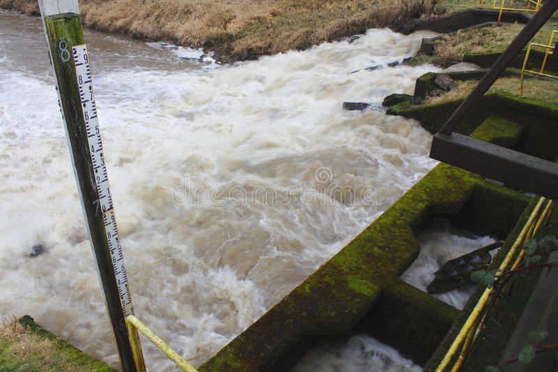 Waterzuiveringsinstallatieafvoerkanaal stock foto