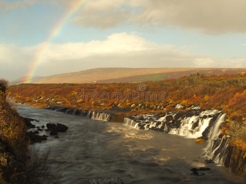 Watherfall y arco iris en Islandia foto de archivo libre de regalías
