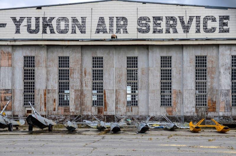 Watson jezioro, Kanada, historyczny lotniskowy hangar fotografia stock