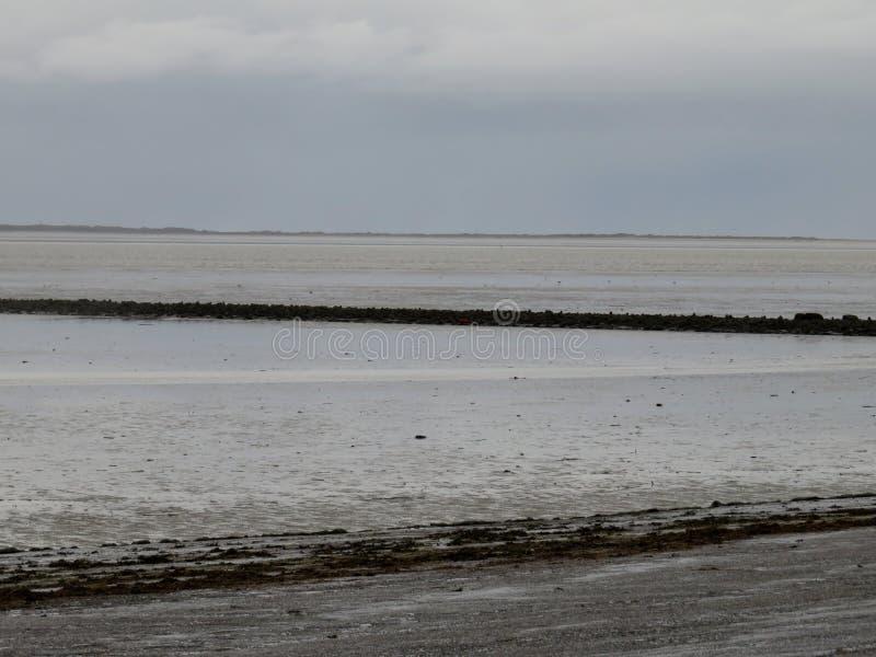 Watt, sable et eau de la mer du nord dans la taupe Allemagne de norddeich photos libres de droits