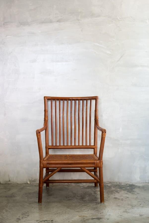 Wattledstoel in koloniale stijl, in cementruimte stock afbeeldingen