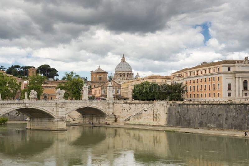 Watykański świętego Peter kopuły widok od Tevere rzeki zdjęcie stock
