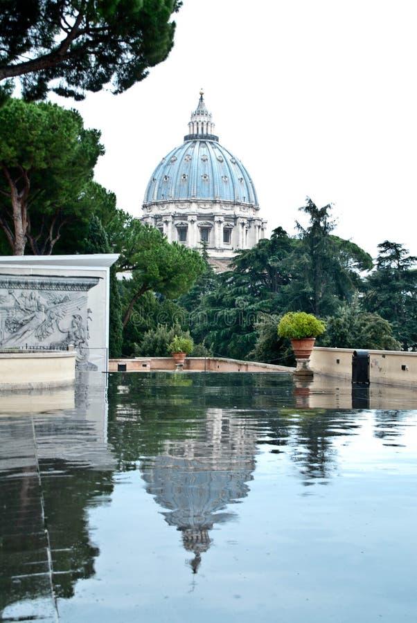 Watykan na pięknym dniu, uroczy odbicie zdjęcia royalty free