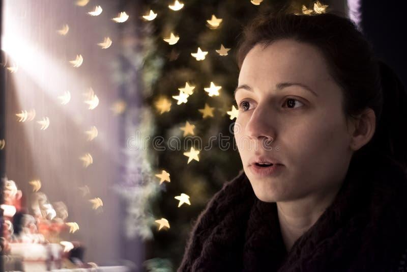 Wauw! Meisje door Kerstmisdecoratie die wordt verbaasd royalty-vrije stock fotografie