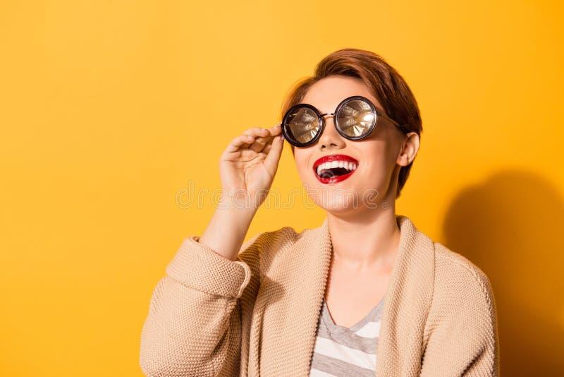 Wauw! Richtende glimlach van een mannequin in spectaculaire zonnebril stock afbeelding