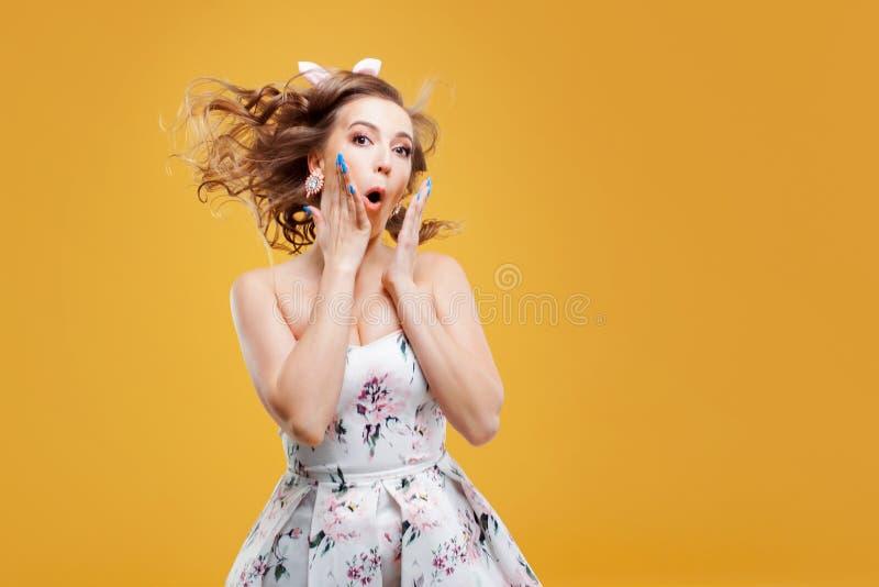 Wauw super schoknieuws, portret van meisje in speld op stijl royalty-vrije stock foto's