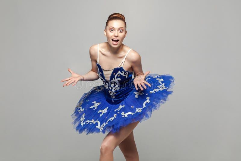 Wauw, zijn ongelooflijk Portret van mooie ballerinavrouw binnen stock foto's